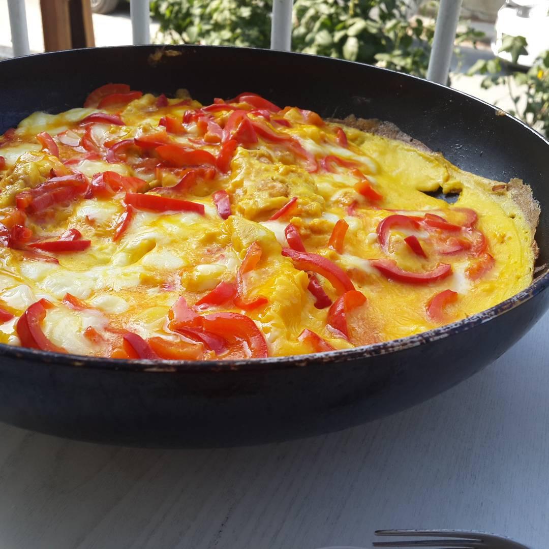 #Gunaydin #hayirlisabahlar dostlar  @tazedirekt den gelen nefis Ezine peyniri ile bu sabah biberli yumurtanın var soframizda #tazedirekt hediyeleri için teşekkür ederim.